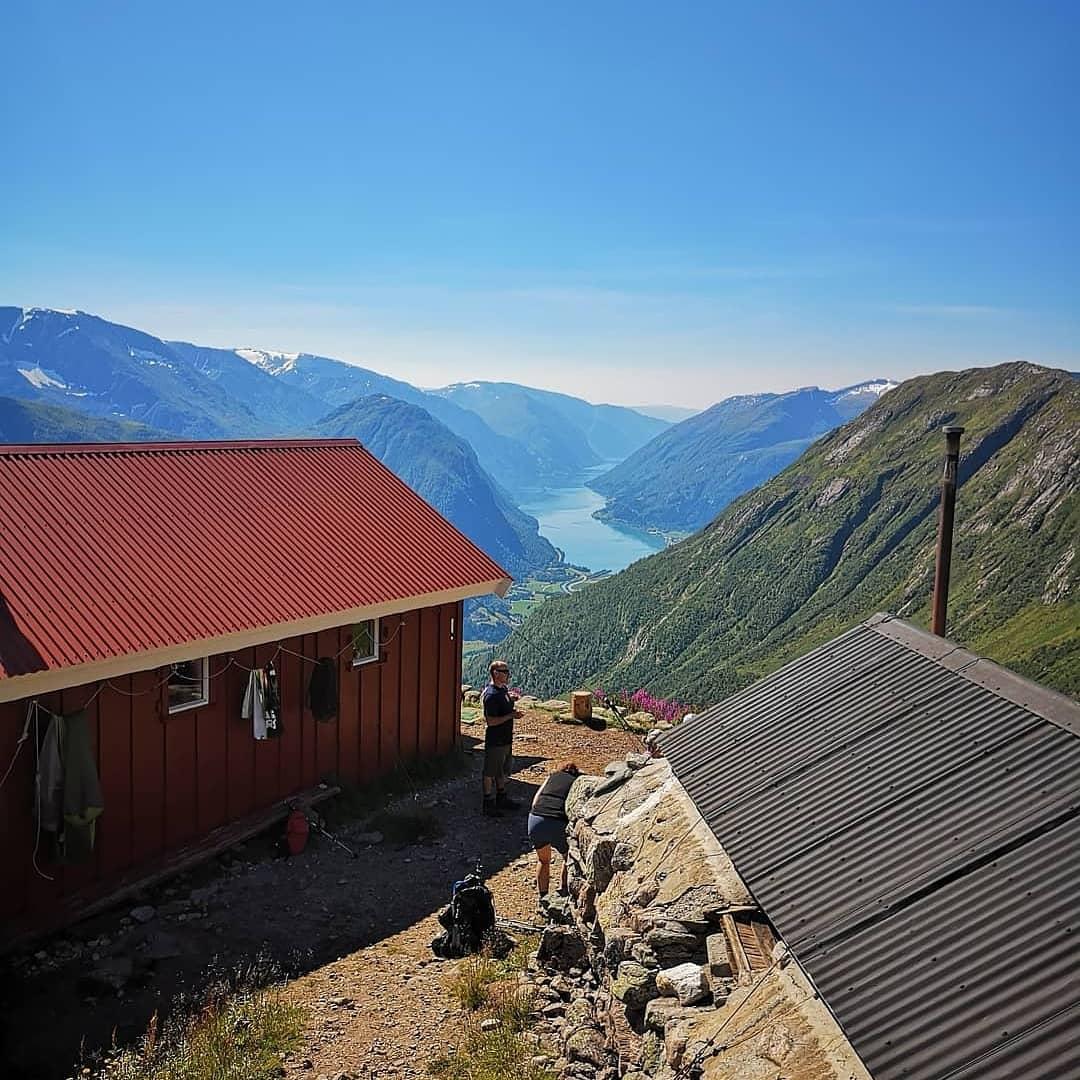 Fjelltur med fjord- og breutsikt