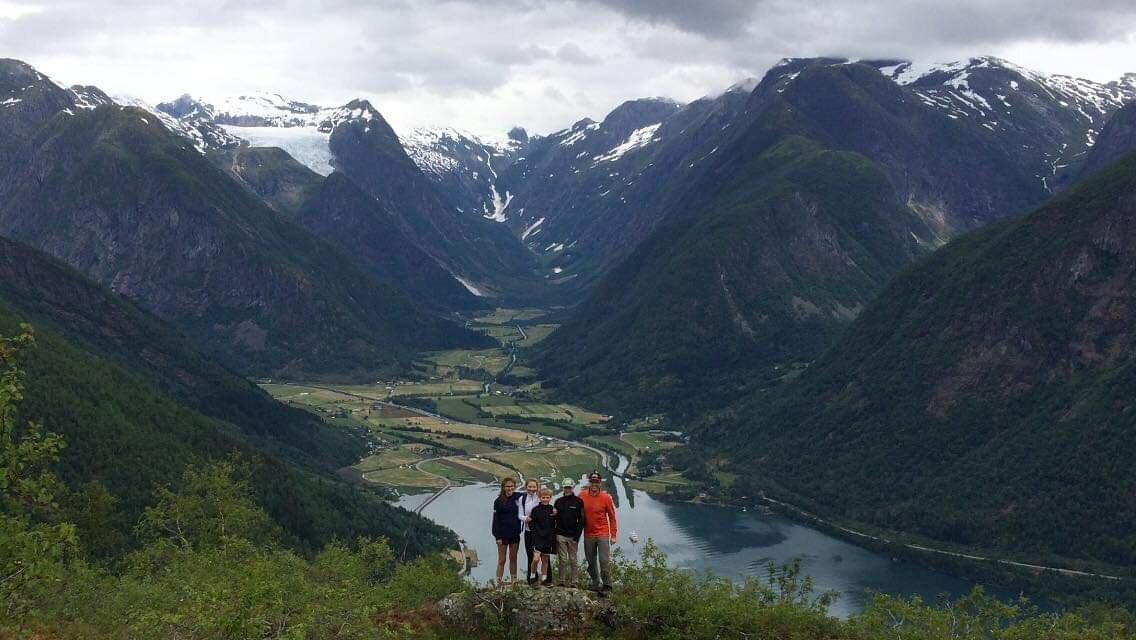 Guidiet tur til Nesahaugen med en fantastisk fjord og breutsikt